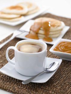 Hot cakes con salsa de manjar Hot, Tableware, Recipes, Deserts, Dinnerware, Dishes, Recipies, Recipe