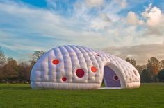 studio soufflehttp://inhabitat.com/studio-souffle-is-an-cushy-portable-space-that-can-be-inflated-almost-anywhere/