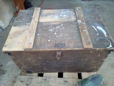 vieille malle en bois, renové après ponçage