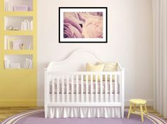 cuna blanca y taburete amarillo en la habitación de bebé
