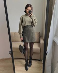 Do you also want to wear miniskirts and look chic? We share tips from fashionistas on how to wear miniskirts the grow-up way and not look trashy! Simple Fall Outfits, Winter Fashion Outfits, Cute Casual Outfits, Look Fashion, Stylish Outfits, Chic Fashion Style, Autumn Outfits, 80s Fashion, Office Outfits Women