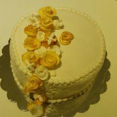 Gullbryllupskake, vaniljekake med bringebær marengs.