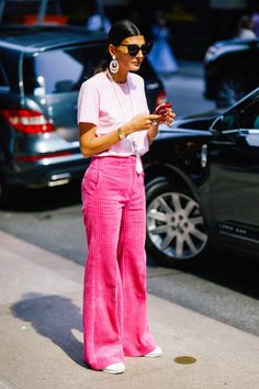 Eyeglasses Street Style Spotted at NYFW Spring 2018 70s Fashion, Colorful Fashion, New York Fashion, Look Fashion, Winter Fashion, Fashion Outfits, Womens Fashion, Fashion Trends, Street Fashion