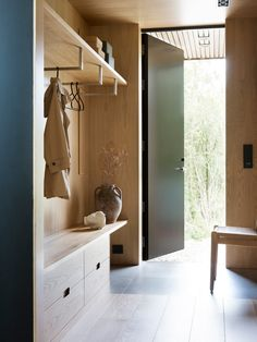Garderobe Modern Design, Home Furniture, Furniture Design, Flur Design, Halls, Interior Architecture, Interior Design, Japanese Interior, Entry Hall