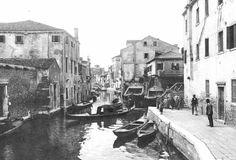 """Da """"EL SQUERO"""" di Antonio Pilot (1880 – 1930)  … ti ridarà, ma un altro squero ti xe par mi, dove vorìa tirar una barca scanchenica che un zero no la val più, per farla governar.  'Na barca che fa aqua d'ogni parte vorìa ne le to man, creatura, darte… vorìa vedar se el squero del to amor pol tirar su sto povaro mio cuor!  HAI MAI SENTITO DIRE """"VECIA SCANCHENICA""""? """"Scanchenica"""" è una barca tenuta in secco, fuori dell'acqua troppo a lungo, nel suo fasciame tendono a verificarsi delle fessure"""