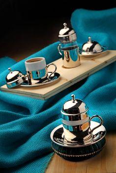 %100 El Yapımı Bakır Kahve Seti. Elde çekiçle dövülerek imal edildikten sonra keçe ve fırça ile parlatılmış ve kaplama yapılmıştır. Kurumsal hediyelik ihtiyaçlarınız için, özel karton hediye kutusu içinde, 1 adet bakır fincan, 1 adet bakır lokumluk, 1 adet bakır suluk (2 kişilik set ve ahşap servis tabağı opsiyonlarıyla) www.rumiart.com