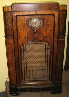 Antique Radio Cabinet, Old Time Radio, Record Players, Vintage Tv, Old Tv, Old Antiques, Old Things, Classic, Radio Design