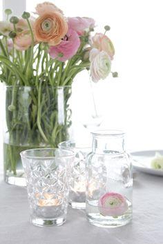 Detaljer - borddekking. Home Flowers, Ranunculus, Flower Decorations, Floral Arrangements, Glass Vase, Centerpieces, Bouquet, Decorate Apartment, Beautiful