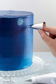 Use the end of decorating tip number 2210, aka star tip 1M, to imprint a perfectly spaced design that you can follow along to create stars or flowers. #cakedecorating