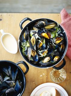 Mosselsaus maken: klaar in 1-2-3 - Libelle Lekker French Restaurants, Mussels, French Food, Fish Dishes, Fish And Seafood, Vinaigrette, Paella, Cooking Time, Seafood Recipes