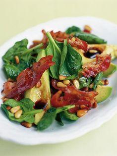Deze avocadosalade met Pancetta, pijnboompitjes, spinazie en balsamico van Jamie Oliver is een smaakbommetje: het zoete van de pijnboompitjes, het zoute van de uitgebakken Pancetta, het friszure va…