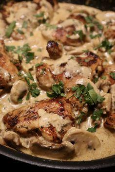 Kippendij in champignon roomsaus - Heerlijke Happen Food Platters, Food Dishes, I Love Food, Good Food, Yummy Food, Diet Food To Lose Weight, Comfort Food, Easy Cooking, Food Hacks