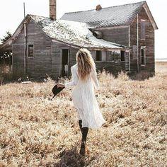 Ce matin j'ai mis ma plus belle robe Assise sur un banc dans la rue Les passants me regardent rire aux eclats J ai mis mon rouge a levre  et ce parfum Souviens toi tu aimes me voir danser. A quelle heure viens tu me prendre Les reverberes s'allument sous mes pas Les etoiles eclairent mes yeux noirs Mon amour j ai froid dans ma robe si legere. Ce matin en passant la brosse dans mes cheveux je sens encore tes doigts sous ma nuque. Quand arrives tu j ai revé de cet instant Mon maquillage coule…