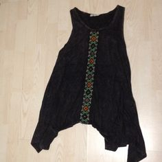 Boho tunic You have to have this adorable tunic. Perfect with skinny jeans or leggings. Beautiful sewn on flowers on the back. Bought at boutique. Worn once - in perfect condition. T party  Tops Tunics