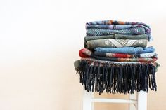 Ocean coloured textured throws Slow Fashion, Boho Fashion, Fashion Trends, Fashion Black, Fashion Ideas, Vintage Fashion, Comment Organiser Son Dressing, Warm Outfits, Winter Outfits