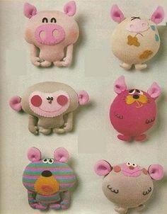 Modelos de animales de fieltro en tonos rosas