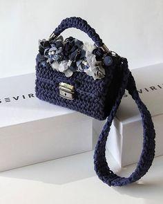 💛Нарядная, задумчивая, прекрасная сумка из весенней коллаборации #sevirika & @mashaberlin•Как?! Как она вам?Мы волнуемся страшно: нам-то всё нравится, но... вы поняли 😄• Стоимость сумки - 16 900 •А сейчас внимательно, не говорите потом, что мы смолчали: цена указана именно за эту сумку из наличия.Декор на заказ обсуждается - пишите письма! 📩 Yarn Projects, Crochet Projects, Crochet Accessories, Fashion Accessories, Yarn Bag, Diy Fashion, Womens Fashion, Crochet Purses, Knitted Bags