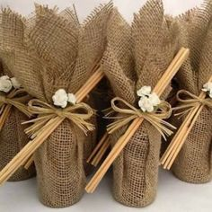 Embalagens para Lembrancinhas: 29 Ideias Criativas com Passo a Passo | Revista Artesanato Creative Gift Wrapping, Creative Gifts, Burlap Crafts, Diy And Crafts, Coffee Cup Crafts, Wedding Favor Bags, Soap Packaging, Wine Gifts, Bottle Crafts
