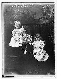 """Mary Victoria Curzon, Baroness Curzon of Kedleston (1870-1906), the wife of George Curzon, the Viceking of India. Here with her two eldest daughters Cynthia """"Cimmie"""" (1898-1933) and Mary Irene (1896-1966, right) in 1900. The thirt daughter Alexandra """"Baba"""" was born in 1904"""