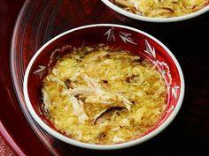 西部 るみさんの溶き卵を使った「かき玉スープ」のレシピページです。卵の柔らかな食感が懐かしさを感じさせます。卵に合わせて、ほかの食材も柔らかく仕上げるのがポイント。ささ身のゆで汁がスープになります。 材料: 溶き卵、鶏ささ身、ゆで汁、生しいたけ、A、しょうが汁、水溶きかたくり粉、こしょう