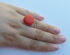 Ring Ø 20 mm mit einem Cabochon Polaris in flake red. Der Ring ist aus versilbertem Metall und in der Größe verstellbar. Nickelfrei. Hand made. --------------------------------------------------------------------------------- Bitte Lieferzeit beachten! Wird erst bei der Bestellung gefertigt, daher längere Lieferzeit! ---------------------------------------------------------------------------------