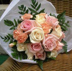 Bouquet de madrina en rosas en una bella paleta de colores rosa, salmon y blanco.