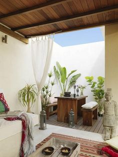 pinned by barefootstyling.com  Idea para una terraza pequeña
