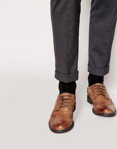 Schuhe von Icon London Poliertes Leder klassischer Budapester Stil Schnürung vorne schmal geschnittene Zehenpartie strukturiertes Profil mit geeignetem Pflegemittel behandeln Obermaterial aus 100% echtem Leder