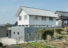 """""""Floating"""" residence in Japan comprises two volumes separated by a sliver of glass"""