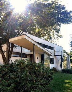 Photos of the Bauhaus style Walter Gropius House in Lincoln, Massachusetts Architecture Bauhaus, Le Corbusier Architecture, Classical Architecture, Amazing Architecture, Architecture Details, Interior Architecture, Landscape Architecture, Design Bauhaus, Bauhaus Style