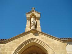 Saint-Pierre, au-dessus de l'entrée de l'église de Jouques