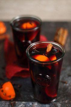Grzane wino : Grzane wino Thermomix Składniki: 1000 g wino czerwone półwytrawne 3 pomarańcze laska cynamonu 10 całych goździków 2 gwiazdki anyżu 50 g miodu lub 5 łyżek b. Przepis na Grzane wino Moscow Mule Mugs, Shot Glass, Smoothie, Cooking, Tableware, Thermomix, Kitchen, Dinnerware, Tablewares