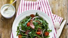 Einfach köstlich: Lammfilet auf Rucolasalat | http://eatsmarter.de/rezepte/lammfilet-auf-rucolasalat