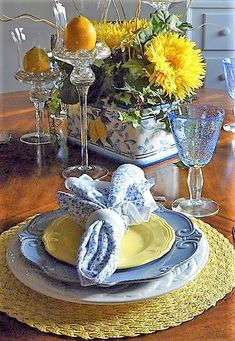 + kitchen 62 Super Ideas For Kitchen Decor Yellow French Country Bring Beauty To Every Room Blue Table Settings, Beautiful Table Settings, Place Settings, Table Arrangements, Table Centerpieces, Dresser La Table, Yellow Table, Yellow Plates, Yellow Kitchen Decor