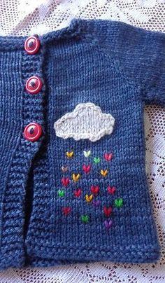 bonito detalle de una nube con lluvia de colores para una chaquetita de bebé