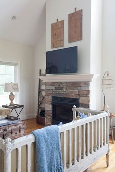 Updates für Mountain Living Room - Mountain Home Decor Romantic Shabby Chic, Shabby Chic Cottage, French Decor, French Country Decorating, Vintage Home Decor, Diy Home Decor, French Country Farmhouse, Mountain Living, Living Room Tv