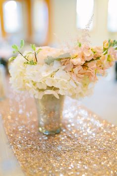 sparkly gold table runner and peach hydrangeas