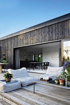 Tv-værten Emil Thorup kan nu tilføre to nye titler til sit navn. Exterior Design, Interior And Exterior, Room Interior, Modern Exterior, Interior Modern, Interior Styling, Outdoor Spaces, Outdoor Living, Indoor Outdoor