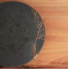 kintsugi: to repair with gold Japanese Ceramics, Japanese Pottery, Japanese Art, Japanese Style, Kintsugi, Ceramic Clay, Ceramic Pottery, Pottery Plates, Porcelain Ceramics