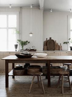 Traditional country kitchens are a design option that is often referred to as being timeless. Over the years, many people have found a traditional country kitchen design is just what they desire so they feel more at home in their kitchen. Home Interior, Kitchen Interior, Interior Design, Design Interiors, Interior Modern, Interior Paint, Cottage Kitchens, Home Kitchens, Country Kitchens
