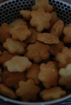 Hundekjeks med kylling og ost Cheesy Chicken, Cookies, Desserts, Blogging, Dog, Crack Crackers, Tailgate Desserts, Deserts, Biscuits