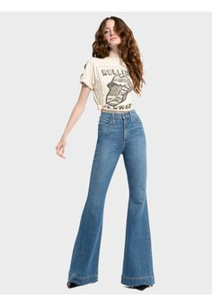 Discover the Beautiful High Rise Bell Jean from Alice + Olivia. Welcome the new season in our Fall 2018 Collection! 70s Outfits, Vintage Outfits, Hippie Outfits, Cute Outfits, Fashion Outfits, Stylish Outfits, Flare Jeans Outfit, Alice Olivia, 70s Inspired Fashion