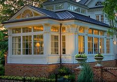 Search photos of sunroom designs as well as decoration. Discover ideas for your 4 periods space enhancement, including inspiration for sunroom decorating as well as designs. Sunroom Windows, Garden Windows, Conservatory Ideas Sunroom, Conservatory Furniture, Four Seasons Room, Sunroom Addition, Home Additions, My Dream Home, Exterior Design