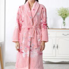 Peignoir rose avec motif floral pour jolie femme Bathroom Towels, Bath Towels, Bath Robes For Women, Peignoir, Bath Towel Sets, Luxury Bath, Motif Floral, One Size Fits All, Dressing