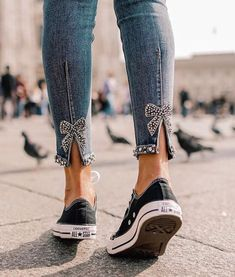 Refashion jeans with pearls and bows on the back side Denim Fashion, Fashion Pants, Fashion Outfits, Womens Fashion, Zara Fashion, Refaçonner Jean, Shredded Jeans, Diy Kleidung, Diy Vetement