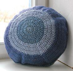 Kissen - MACARON Kissen gehäkelt m. Füllung rund graublau - ein Designerstück von HansensGasse bei DaWanda