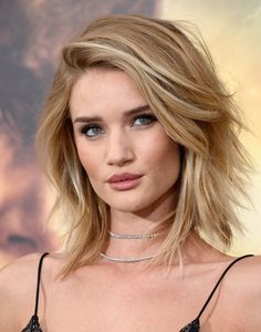 ♥️ Pinterest: DEBORAHPRAHA ♥️ Rosie huntington whiteley short hair style with layers and messy texture #hairstyles #haircuts