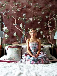 London apartment of Hannah Cecil Gurney, director of de Gournay and daughter of the company's founder. Gracie Wallpaper, Diy Wallpaper, Painting Wallpaper, Tropical Wallpaper, De Gournay Wallpaper, Chinoiserie Wallpaper, Hand Painted Wallpaper, World Crafts, London Apartment