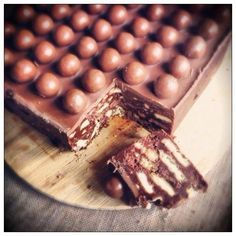 The Game Bird Food Chronicles: Chocolate Biscuit Cake with Maltesers Party Desserts, Just Desserts, Sweets Recipes, Gourmet Recipes, Low Calorie Cake, Chocolate Biscuit Cake, Fridge Cake, Greek Sweets, Savoury Cake