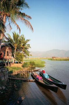Der Inle-See in #Myanmar ist besonders durch seine schwimmende Dörfer bekannt. Auf unserer #gudrunsjödén #Reise werden wir mit Booten durch die schwimmenden Dörfer fahren. http://www.gudrunsjoeden.de/mode/kollektionen/sommer/auf-gudruns-fussspuren